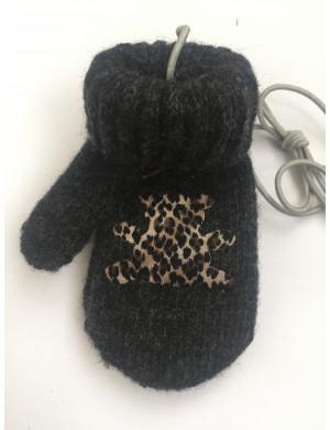 Варежки зимние на резинке темно-серого цвета с мишкой